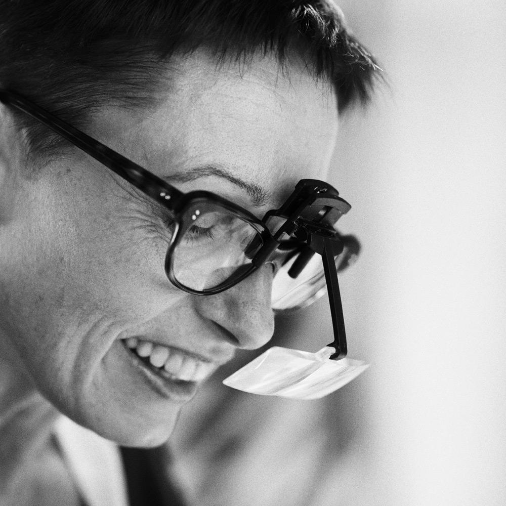 Eva Schalkshorn - mit Lupe
